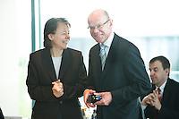 20 AUG 2008, BERLIN/GERMANY:<br /> Beate Baumann, Leiterin des Bueros der Bundeskanzlerin, und Thomas Steg (R), SPD, Stellv. Regierungssprecher, im Gespraech,  vor Beginn einer Kabinettsitzung, Kabinettsaal, Bundeskanzleramt<br /> IMAGE: 20080820-01-025<br /> KEYWORDS: Kabinett, Sitzung, Gespäch. lachen. freundlich