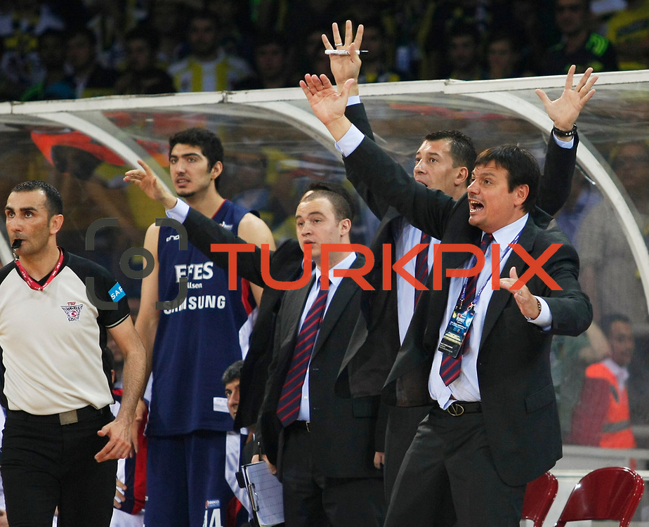 Efes Pilsen's coach Ergin ATAMAN (R) and co trainer Ufuk SARICA (2ndR) during their Turkish Basketball league Play Off Final third leg match Fenerbahce Ulker between Efes Pilsen at the Abdi Ipekci Arena in Istanbul Turkey on Tuesday 25 May 2010. Photo by Aykut AKICI/TURKPIX