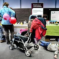 Nederland,Utrecht ,10 februari 2008..Op 9 februari a.s. is in de Jaarbeurs in Utrecht de Echtscheidingsbeurs..Deze wordt georganiseerd door Result ADR, een 'mediationbureau', in samenwerking met SDU Uitgevers..Op de beurs zal heel veel informatie beschikbaar zijn voor mensen die overwegen uit elkaar te gaan, of dat al zijn maar nog vragen hebben, of voor mensen die juist niet uit elkaar willen, maar niet zeker weten of het wel zal lukken om bij elkaar te blijven..Op de foto een gezin tijdens de scheidingsbeurs bij een stand gespecialiceerd in deskundige begeleiding bij echtscheiding van partners en kinderen..VOORKEURSFOTO!!