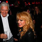 NLD/Uitgeest/20100118 - Uitreiking Geels Populariteits Awards van NH 2009, Patricia Paay met zanger Ben Cramer