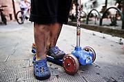 Un bambino gioca con il  monopattino. Le sue gambe sono sporche di  polveri sottili composte da minerali. Christian Mantuano/OneShot