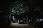 Dans le village de Oua, en bordure de la réserve de Chinko, l'éco-garde Grâce-à-Dieu sensibilise la population aux techniques de chasse durable, avec un rétroprojecteur et un écran de fortune.