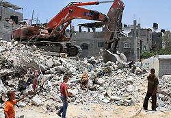 06.07.2015, Rafah, PSE, Nahostkonflikt zwischen Israel und Palästina, im Bild Wiederaufbau nach dem Krieg im vergangenen Sommer // Palestinians, whose houses were destroyed by what they said was Israeli shelling during a 50- day-war last summer, use a bulldozer to remove rubbles, Palestine on 2015/07/06. EXPA Pictures © 2015, PhotoCredit: EXPA/ APAimages/ Abed Rahim Khatib<br /> <br /> *****ATTENTION - for AUT, GER, SUI, ITA, POL, CRO, SRB only*****