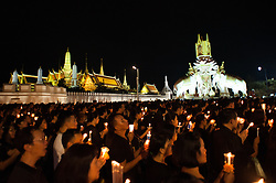 October 22, 2016 - Bangkok, Thailand - Mourners hold candles as they gather outside of the Grand Palace to sing for a recording of the royal anthem in honour of Thailand's late King Bhumibol Adulyadej in Bangkok, Thailand on October 22, 2016. (Credit Image: © Anusak Laowilas/NurPhoto via ZUMA Press)