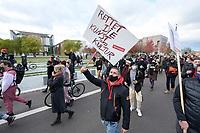 """28 OCT 2020, BERLIN/GERMANY:<br /> Demonstrant mit Schild """"Rettet die Kunst und Kultur"""", vor dem Bundeskanzleramt, Demonstration der Veranstaltungswirtschaft """"Alarmstufe Rot"""", Forderung von Maßnahmen zur Rettung der Veranstaltungswirtschaft nach den Einschraenkungen durch die Corona Pandemie, Heinrich-von-Gagern-Strasse<br /> IMAGE: 20201028-01-031<br /> KEYWORDS: #alarmstuferot, Corvid19, Protest, Demo, Demonstranten, Veranstatungsbranche, Eventbranche"""