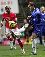 Fotball<br /> Premier League 2004/05<br /> Charlton v Everton<br /> 28. desember 2004<br /> Foto: Digitalsport<br /> NORWAY ONLY<br /> Charlton's Shaun Bartlett goea for the ball with Everton's David Weir