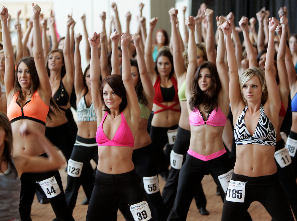 Prospective Denver Broncos cheerleaders practice a routine on the first day of auditions in Denver, Colorado March 25, 2007.  Over 250 women applied for the 34 slots. REUTERS/Rick Wilking (UNITED STATES)