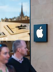 THEMENBILD - Menschen vor dem Apple Store mit dem Logo des US Unternehmens in Edinburgh, Schottland, aufgenommen am 14.06.2015 // People in front of the Apple Store with the logo of the US company, Edinburgh, Scotland on 2015/06/14. EXPA Pictures © 2015, PhotoCredit: EXPA/ JFK