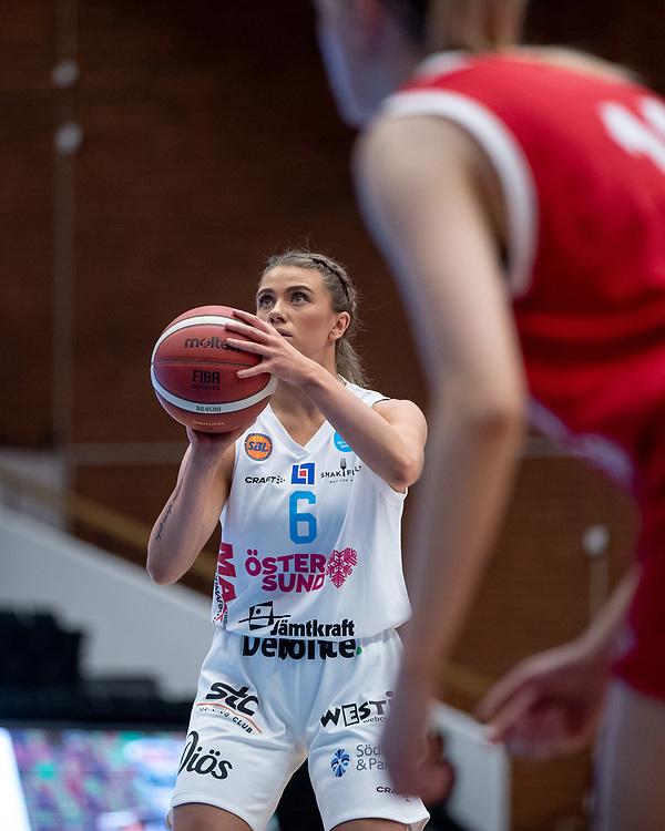 ÖSTERSUND 20210925<br /> Östersunds Stina Dahlin under lördagens match i Basketligan mellan Östersund Basket och Uppsala Basket i Östersunds Sporthall<br /> <br /> Foto: Per Danielsson/Projekt.P