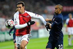 20-10-2009 VOETBAL: AZ - ARSENAL: ALKMAAR<br /> AZ in slotminuut naast Arsenal 1-1 / Mounir El Hamdaoui en Gael Clichy<br /> ©2009-WWW.FOTOHOOGENDOORN.NL