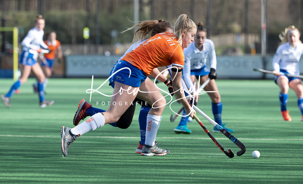 BLOEMENDAAL - Hockey,  hoofdklasse dames, Bloemendaal-Kampong (0-3).   Kim van Leeuwen (Bldaal) met Tessa Schoenaker (Kampong)    COPYRIGHT  KOEN SUYK