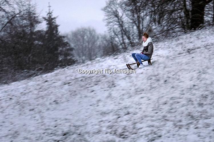 Nederland, Ubbergen, 22-1-2019 De eerste sneeuw van deze winter is gevallen. Kinderen spelen met hun slee op de Elysese velden .Foto: Flip Franssen