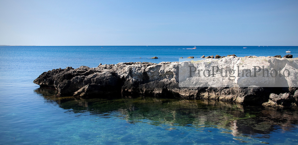 Scogli e mare antistante l'ex mercato all'ingrosso del pesce di Gallipoli (LE)
