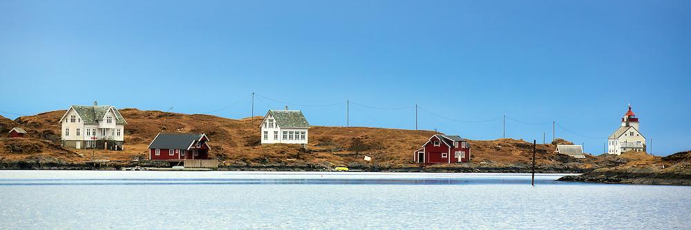 Flåvær is a small group of islands and reefs in Herøyfjord, Herøy on the vestern part of Norway | Flåvær er en liten gruppe med holmer og skjær i Herøyfjorden i Herøy på Sunnmøre, og omfatter holmen Flåvær, Husholmen, Torvholmen og Varholmen