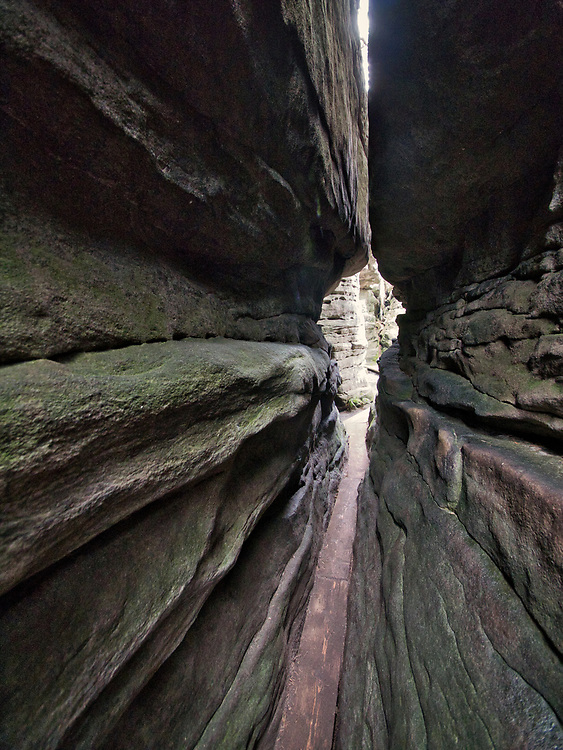 """""""Błędne Skały"""" - wyrzeźbiony piaskowcach labirynt skalny, położony na obszarze Parku Narodowego Gór Stołowych."""