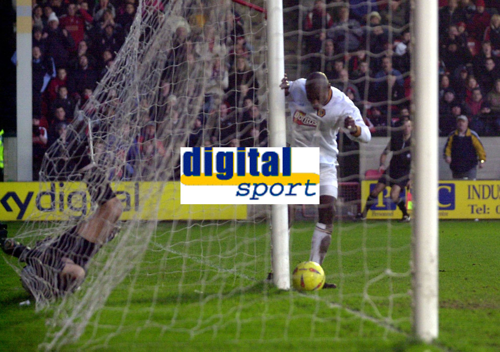 Fotball - Nationwide First League - 11.01.2003<br />Walsall v Wolverhampton 0-1<br />George Ndah scorer fra fire centimeter etter en gedigen keepertabbe av Jimmy Walker hos Walsall. <br />Foto: Digitalsport