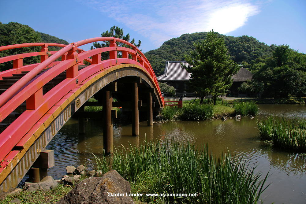 78.7  Shomyoji 称名寺 was built by Hojo Sanetoki during the Kamakura period and was the Hojo family temple. The Jodo style pure land garden with Ajiike Pond in front of the main temple is its most unique feature - its arched bridge over the pond is its showcase. The temple's bell was portrayed in the woodblock print Shomyo-no-Bansho one of eight prints depicting views of Kanazawa by Hiroshige Utagawa. Today Shomyoji is no longer part of Kamakura but now officially within Yokohama city limits.