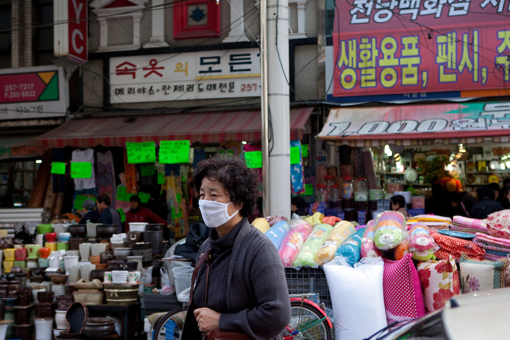 Daegu/Suedkorea, Republik Korea, KOR, 14.11.2009: Passanten in Suedkorea tragen Masken um einer moeglichen Infektion mit dem Schweinegrippen Virus (H1N1) vorzubeugen.   Daegu/Republic of Korea, South Korea, KOR, 14.11.2009: Korean people wearing face masks as prevention against the swine flu virus.