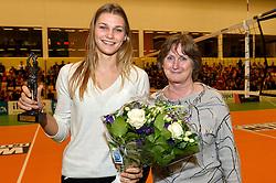 30-12-2015 NED: Uitreiking Ingrid Visser en Volleybalkrant Award 2015, Almelo<br /> Volleybalkrant organiseert voor de derde keer de beste volleyballer, volleybalster, coach en talent van het jaar. De Volleybalkrant award 2015 is voor Nika Daalderop als beste talent. rechts de burgemeester van Almelo