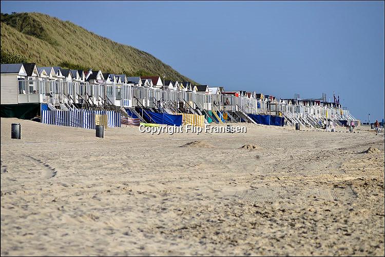 Nederland, Dishoek, 13-9-2014 Vakantiehuisjes, strandhuisjes staan aan de kust tegen het duin, de duinen, op het strand van Walcheren in Zeeland. FOTO: FLIP FRANSSEN/ HOLLANDSE HOOGTE