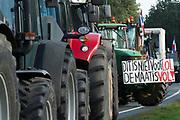Boeren verzamelen in de omgeving van het gebouw van de Rijksinstituut voor Volksgezondheid en Milieu (RIVM). Zij demonstreren onder meer tegen de stikstofaanpak van de overheid, waarvan zij de dupe zeggen te zijn.