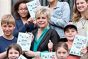 Boekpresentatie: Groene voeten met Prinses Laurentien. Groene voeten schoolt kinderen van 10 jaar en ouder met eenvoudige uitleg, hoopgevende initiatieven en praktische tips om tot de duurzaamheidsdeskundigen die hun ouders misschien (nog) niet zijn. Slecht nieuws over klimaatverandering en plasticsoep wordt in balans gehouden met hoopvolle berichten over waterstof en kweekvlees. <br /> <br /> Op de foto:   Auteur Lotte Stegeman met Prinses Laurentien