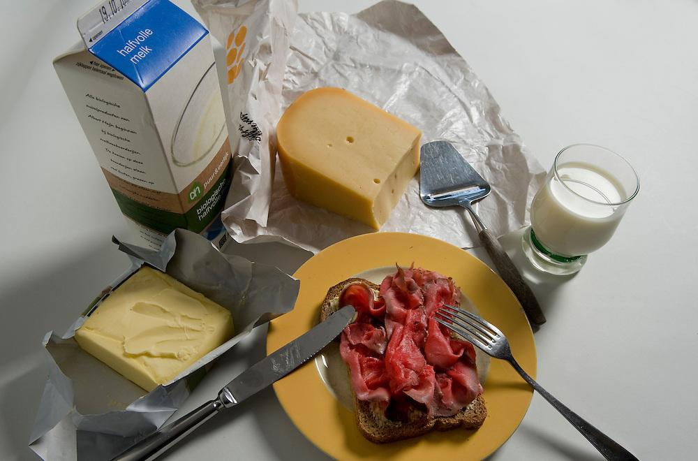 Nederland, Driebergen, 11 okt 2010.Brood met vleesbeleg, rosbief, en daarnaast kaas, melk en boter.Foto (c)  Michiel Wijnbergh