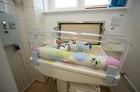 DEU, Deutschland, Germany, Berlin, 05.05.2014:<br />Die erste Babyklappe im Ostteil Berlins ist diese am Vivantes Klinikum in Hellersdorf. Anlässlich der heutigen Eröffnung der Babyklappe liegt zu Demonstrationszwecken eine Puppe im Babybett.