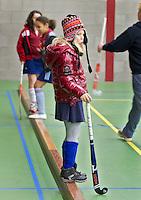 BENNEBROEK - Zaalhockey D meisjes competitie. Sommigen vinden het binnen ook nog koud. ANP COPYRIGHT KOEN SUYK