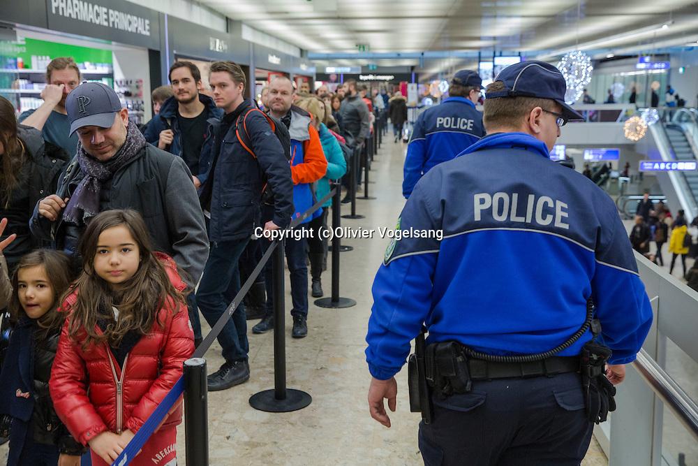 Genève, 7 janvier 2017. L'aéroport international de Genève connait un de ces weekend de grosse affluence de début d'année avec les rentrées de vacances et les arrivées de nouveaux vacanciers. Présence discrète mais efficace de la police. © Olivier Vogelsang