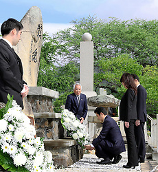 Der japanische Ministerpräsident Shinzo Abe gedenkt der Opfer des Angriffs auf Pearl-Habour von 1941 / 271216 *** Japanese Prime Minister Shinzo Abe pays his respects on Dec. 26, 2016, at a Honolulu cemetery for Japanese who died in Hawaii in both peace and wartime. Abe is in Hawaii for a visit to Pearl Harbor -- the site of the Japanese surprise attack in 1941 that drew the United States into World War II -- and a final summit with U.S. President Barack_Obama.