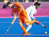 LONDEN - Rogier Hofman (l) in duel met Ignace Tirkey,maandag in de hockey wedstrijd tussen de mannen van Nederland en India (3-2) tijdens de Olympische Spelen in Londen .ANP KOEN SUYK