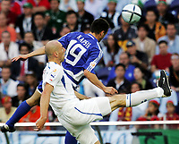 Fotball, 1. juli 2004, Tsjekkia - Hellas, EM semifinale, Euro 2004, Der Grieche Mihalis Kapsis gegen den Tschechen Jan Koller
