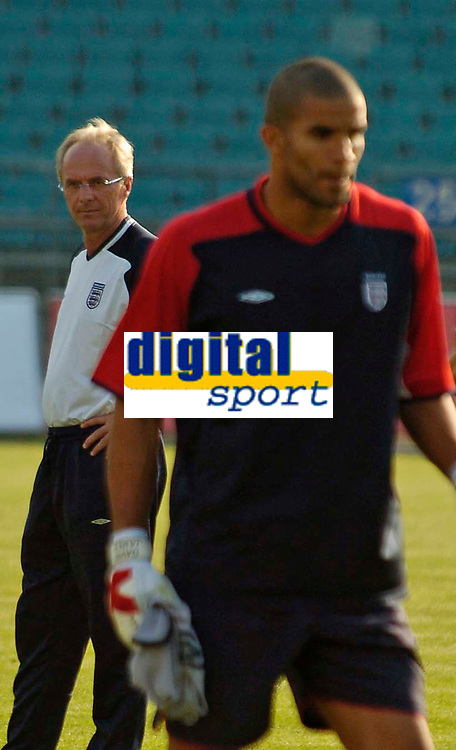 Fotball<br /> England trener foran kampen mot Polen<br /> 07.09.2004<br /> Foto: SBI/Digitalsport<br /> NORWAY ONLY<br /> <br /> England coach Sven Gøran Eriksson (L) and the nation must be wondering if David James can be trusted in goal following his mistake against Austria