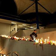 Nederland 10 april 2011. Alphen aan den Rijn. Winkelcentrum Ridderhof. Op 9 april vond daar een afschuwelijke schietpartij palats. Zes doden en zeker twintig gewonden. Dader heeft zelfmoord gepleegd. Zondagavond moment van bezinning bij het winkelcentrum. Duizenden mensen waren aanwezig bij het moment van stilte en troost. Kaarsen werden neergelegd. Burgemeester Eenhoorn sprak. Nabestaanden, familieleden, omwonenden, belangstellenden en mensen van ver. Foto: David Rozing