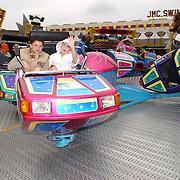 NLD/Hilversum/20050430 - Koninginnedag 2005, kermis, bewegende atractie, snelheid