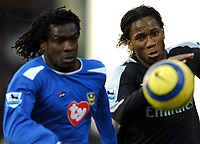 Fotball<br /> Premier League 2004/05<br /> Portsmouth v Chelsea<br /> 28. desember 2004<br /> Foto: Digitalsport<br /> NORWAY ONLY<br /> Didier Drogba, right and Linvoy Primus chase the ball