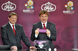 (L) ANDRZEJ SZARMACH AND (R) ZBIGNIEW BONIEK (BOTH POLAND) SHOW THE TICKET OF NETHERLANDS DURING THE UEFA EURO 2012 QUALIFYING DRAW IN PALACE SCIENCE AND CULTURE IN WARSAW, POLAND..THE 2012 EUROPEAN SOCCER CHAMPIONSHIP WILL BE HOSTED BY POLAND AND UKRAINE...WARSAW, POLAND , FEBRUARY 07, 2010..( PHOTO BY ADAM NURKIEWICZ / MEDIASPORT / SPORTIDA.COM ).