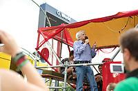 DEU, Deutschland, Germany, Berlin, 13.07.2013:<br />Demonstration anlässlich des 5. Jahrestags des Bürgerentscheids Spreeufer für Alle. Die Teilnehmer protestieren gegen die Bebauung des Spreeufers mit Luxuswohnungen, die Erweiterung der Autobahn A100, sowie für den Erhalt von Freiräumen und Clubs am Spreeufer. Hans-Christian Ströbele (BÜNDNIS 90/DIE GRÜNEN) spricht vom Lautsprecherwagen zu den Demonstranten.