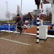 Ophaalbrug en Eerste Huizer Zeilschool Zomerkade Huizen.brug, verbod, verkoop, water, watersport, fietspad, fietser
