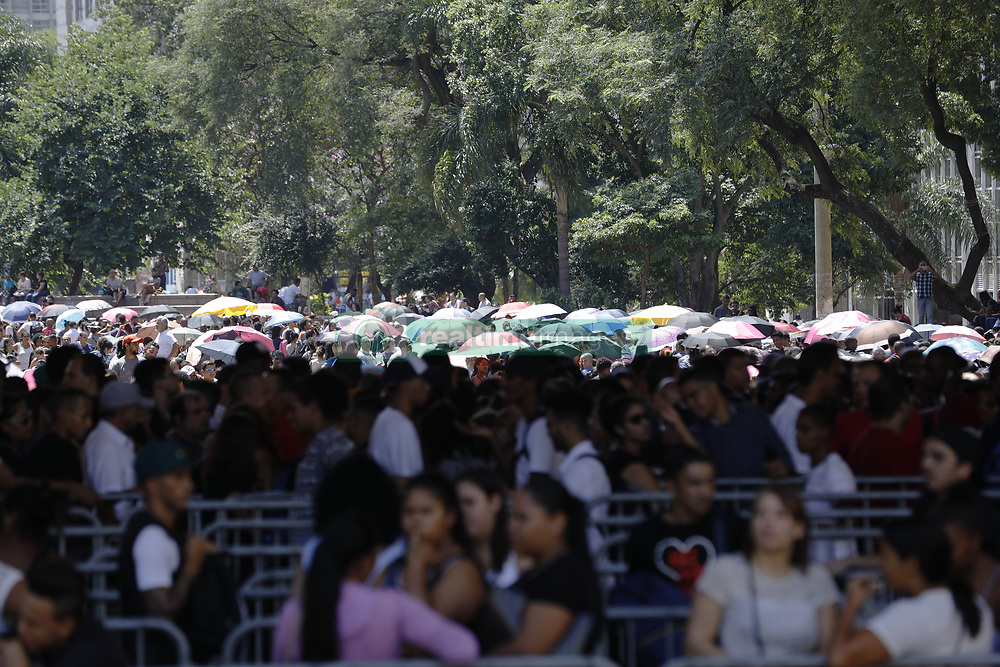 March 26, 2019 - Sao Paulo, Sao Paulo, Brazil - Mar, 2019 - The city council of Sao Paulo and a local union held on Tuesday (26) a joint effort to offer 6,000 jobs. 15,000 candidates attended and formed a queue that occupied the entire Anhagabau valley in downtown. Some arrived the day before to get a good place in line. Sao Paulo, Brazil, March 26, 2019. (Credit Image: © Marcelo Chello/ZUMA Wire)