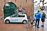 Nederland, Nijmegen, 22-12-2018Een medewerker van Swapfiets.nl helpt een klant die een probleem heeft met haar gehuurde fiets . Swapfiets verhuurt fietsen met de garatie van reparatie onderhoud en vervangend vervoer .Foto: Flip Franssen