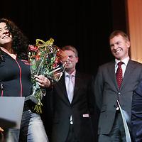 Nederland, Amsterdam , 5 februari 2010..De Nederlandse schrijfster van Uruguyaanse afkomst Carolina Trujillo is de laureaat van de BNG Nieuwe Literatuurprijs 2009 met haar roman De terugkeer van Lupe García (J.M. Meulenhoff). Juryvoorzitter Peter Rehwinkel maakte dit nieuws in de vooravond bekend in de concertzaal van Odeon te Amsterdam. Carolina Trujillo, die eerder genomineerd werd voor de AKO Literatuurprijs, is de vijfde winnaar van de BNG Nieuwe Literatuurprijs. Ze ontvangt 15.000 euro en een sculptuur, gemaakt door Theo van Eldik. .De vijf andere genomineerden waren Mark Boog (Ik begrijp de moordenaar, Cossee), Jan van Mersbergen (Zo begint het, Cossee), Henk van Straten (Smet, Lebowski), Annelies Verbeke (Vissen redden, De Geus) en Robbert Welagen (Verre vrienden, Nijgh & Van Ditmar)..Op de achtergrond rechts genomineerde schrijver Jan van Mersbergen.Foto:Jean-Pierre Jans