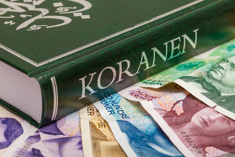 Koranen på en seng av norske sedler. Illustrerende for temaer vedørende islam og økonomi.