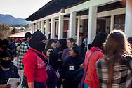 Primo giorno di registrazioni per il festival ConCiencias, un gruppo di zapatisti attraversa il Cideci Unitierra.