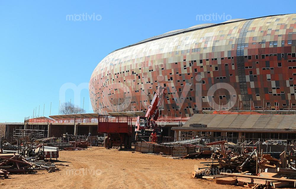 Fussball  International  FIFA WM 2010     28.06.2009 Aussenansicht der Baustelle des Eroeffnungs-und Finalstadion der Fussball WM 2010  Soccer City  in Johannesburg