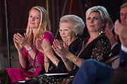 Uitreiking Prins Claus Prijs 2016 in het Koninklijk Paleis in Amsterdam.<br /> <br /> Op de foto:  prinses Mabel , prinses Beatrix en prinses Laurentien  ///  Princess Mabel, Princess Beatrix and Princess Laurentien