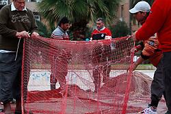 Pescatori riparano le reti da pesca da riutilizzare nella prossima uscita in barca.