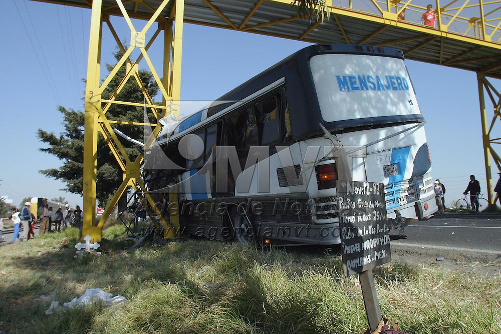 Toluca, Méx.- Una mujer resulto muerta y cuatro personas resultaron lesionadas de gravedad en el kilometro 12 de la carretera Toluca-Atlacomulco al impactarse contra dos camionetas y la base e un puente el camion de pasajeros en el que viajaban. Agencia MVT / Mario Vazquez de la Torre. (DIGITAL)<br /> <br /> NO ARCHIVAR - NO ARCHIVE
