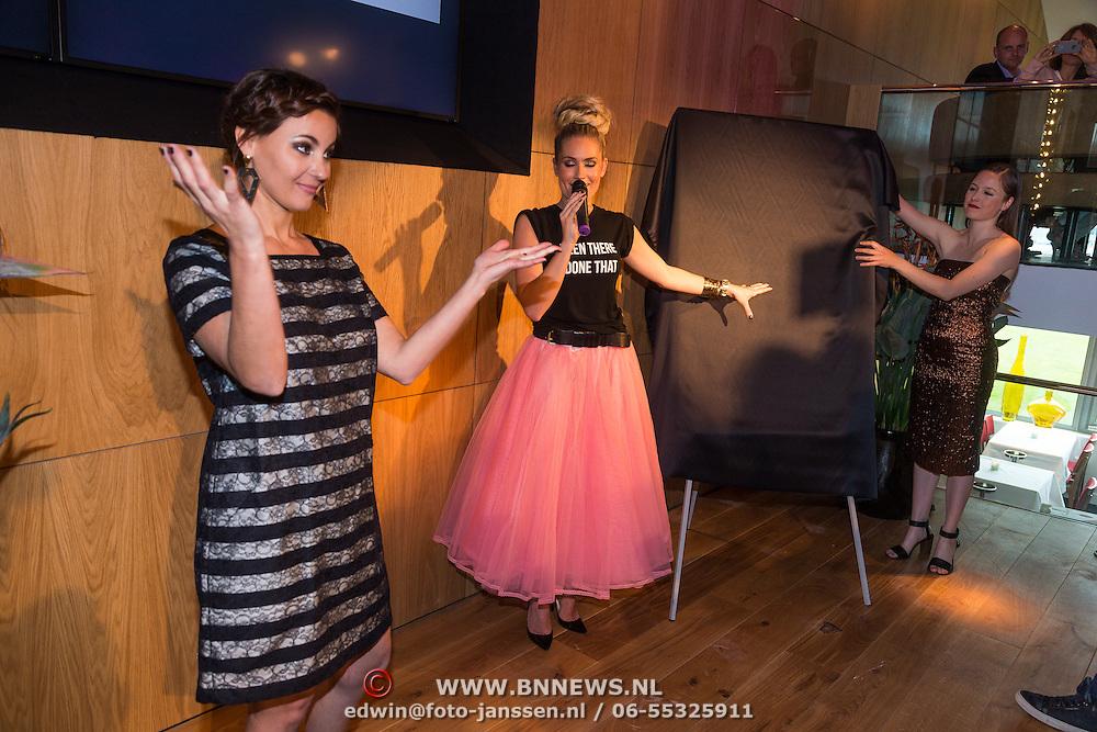 """NLD/Amsterdam/20130626 - Uitreiking Jackie""""s Best Dressed 2013, Nikkie Plessen en hoofdredactrice Suzanne Arbeid"""